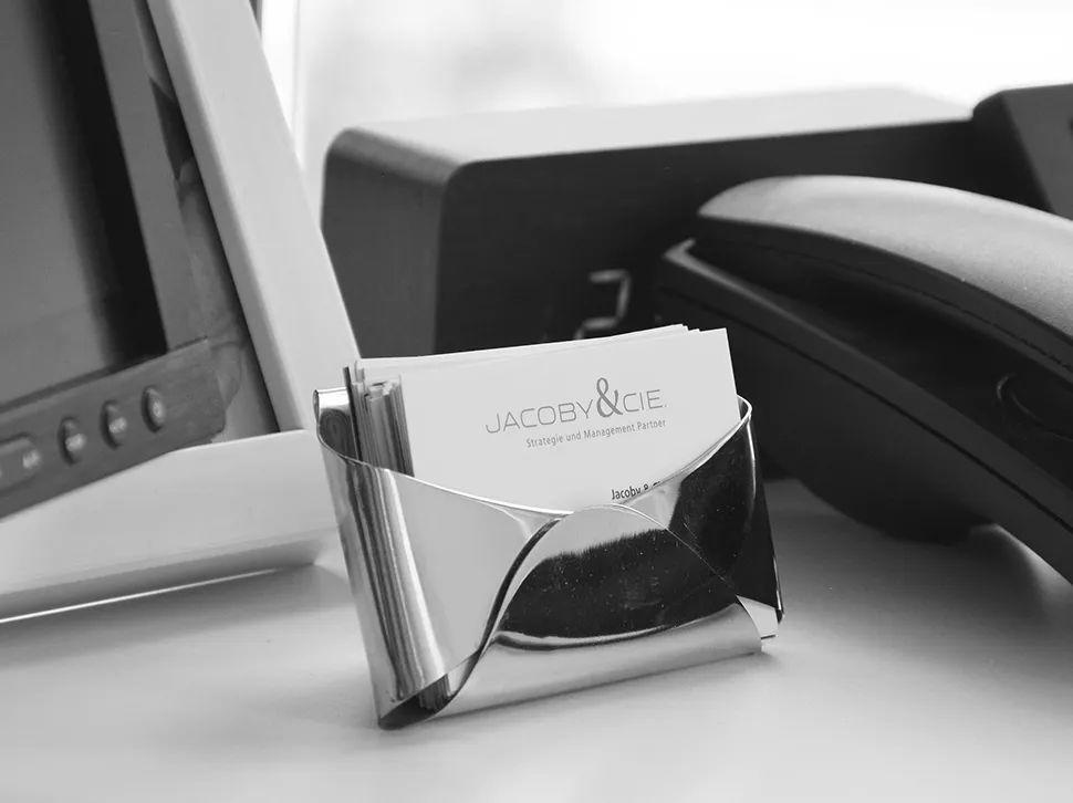 Nahaufnahme Visitenkarten auf einem Schreibtisch